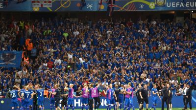 epa05395442 Iceland players celebrate in front of their supporters the UEFA EURO 2016 round of 16 match between England and Iceland at Stade de Nice in Nice, France, 27 June 2016.