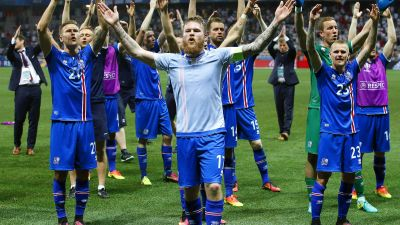 epa05395431 Aron Gunnarsson (front) of Iceland and his teammates celebrate after the UEFA EURO 2016 round of 16 match between England and Iceland at Stade de Nice in Nice, France, 27 June 2016. Iceland won 2-1.