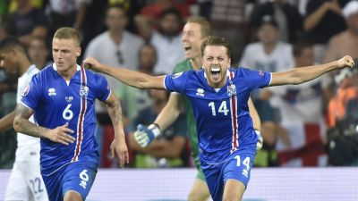 epa05395487 Ragnar Sigurdsson (L) and Kari Arnason of Iceland celebrate after they defeated England 2-1 in the UEFA EURO 2016 round of 16 match between England and Iceland at Stade de Nice in Nice, France, 27 June 2016.