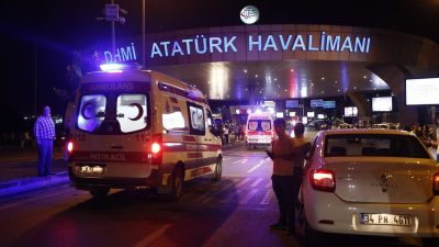 epaselect epa05396878 Turkish police block the road after an suicide bomb attack at Ataturk Airport in Istanbul, Turkey, 28 June 2016. At least 10 people were killed in two separate explosions that hit Ataturk Airport.  EPA/SEDAT SUNA