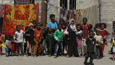 epa05146809 Yemeni children pose for a group photo in a slum neighborhood in Sana'a, Yemen, 06 February 2016. According to reports, the United Nations Children's Fund (UNICEF) has called for 180 million dollars for children in the war-torn Yemen