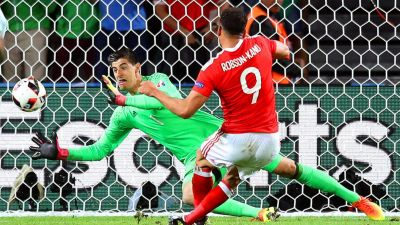 epa05402261 Hal Robson-Kanu (R) of Wales scores the 2-1 lead against Belgium's goalkeeper Thibaut Courtois (L) during the UEFA EURO 2016 quarter final match between Wales and Belgium at Stade Pierre Mauroy in Lille Metropole, France, 01 July 2016.