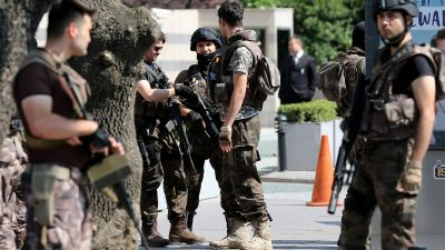 epa05430478 Turkish special forces members with heavy weapons secure the area during a security meeting between 1st Army Commander Gen. Umit Dundar and Istanbul Police Chief Mustafa Caliskan, in Istanbul, Turkey, 18 July 2016. Turkish Prime Minister