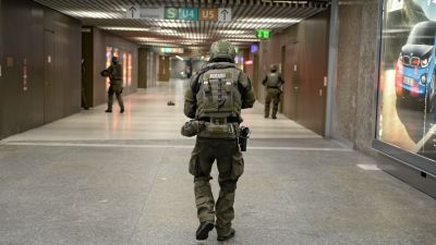 epa05437069 Special police secures the area in the underground station Karlsplatz (Stachus) after a shootout in Munich, Germany, 22 July 2016. Several people were reported dead by the police and several more injured after a shooting in the Olympia