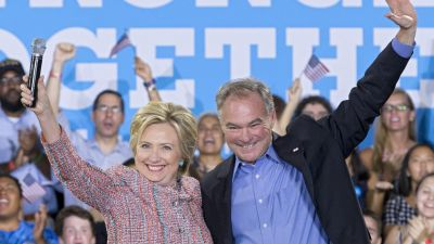 epa05425053 US Democratic presidential candidate Hillary Clinton (L) campaigns with Democratic Senator from Virginia Tim Kaine (R), at Ernst Community Cultural Center at the Northern Virginia Community College's Annandale campus, in Annandale,
