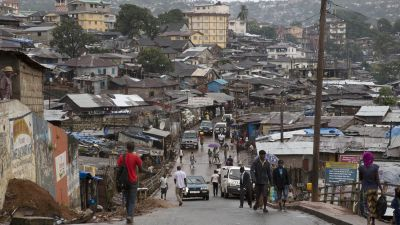 epa04406290 People buy last minute provisions as they prepare for a nationwide three-day curfew in Freetown, Sierra Leone, 18 September 2014. Residents in the country prepare for a nationwide three-day curfew that will allow health workers to conduct a