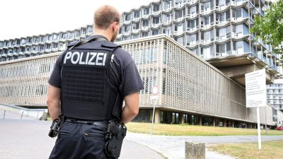 epa05441810 A police officer stands outside Benjamin Franklin Hospital in Berlin,Germany, 26 July 2016. A patient shot at a doctor and fatally injured him in the hospital.  EPA/WOLFGANG KUMM