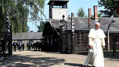epa05446930 Pope Francis visits the former German Nazi concentration and extermination camp of Auschwitz-Birkenau in Brzezinka, Poland, 29 July 2016. The Holy Father Francis' five-day-long visit to Krakow is in connection with the 31st World Youth