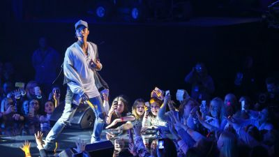 epa05003134 A picture made available on 30 October 2015 shows Canadian singer Justin Bieber on stage during a mini concert in Oslo, Norway, 29 October 2015. Bieber abandoned the concert after playing just one song.  EPA/HEIKO JUNGE NORWAY OUT