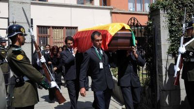 epa05512435 A handout picture provided by Bolivian Agency of Information shows a procession with the coffin of Bolivian slain Deputy Minister of Interior Rodolfo Illanes towards a funeral home where will be held his wake, in La Paz, Bolivia, 27 August