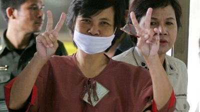 epa01839314 Thai woman Daranee Chancherngsilapakul flashes victory sign after listening  to the verdict of her trial on charges of lese majeste at the Criminal Court in Bangkok, Thailand, 28 August 2009. The Criminal Court sentenced Daranee, nicknamed Da