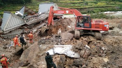 epaselect epa05561366 Rescuers work at the site of a landslide in Suichang county, Zhejiang province, China, 29 September 2016. Fifteen people have been rescued so far. At least 26 people were still missing in the landslide triggered by downpours from