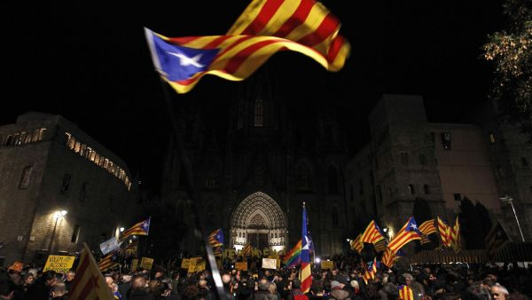 epa05091925 Thousands protest for an agreement between Junts pel Si (JxS) and CUP to allow the investiture of a regional President to avoid new elections in March, at the Cathedral's square in Barcelona, Spain, 07 January 2016. Mas' party Junts