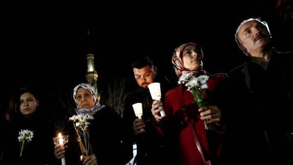 epa05100400 People hold candles and pray for victims who were killed in an explosion at the near by Sultanahmet, home to the Hagia Sophia museum and the Blue Mosque, in Istanbul, Turkey, 13 January 2016. Germany's Foreign Ministry confirmed all 10