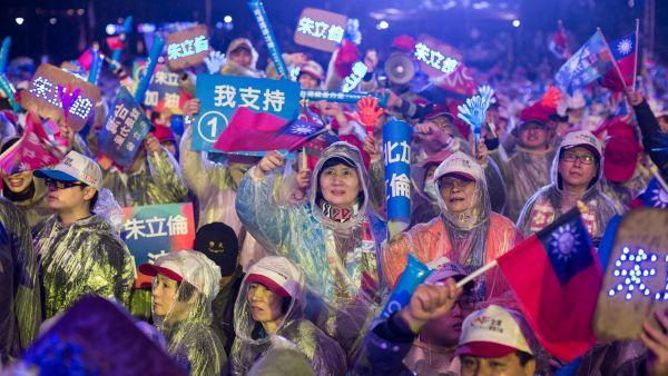 epaselect epa05103362 Supporters of Kuomintang party presidential candidate Eric Chu cheer during his final rally in New Taipei City, Taiwan, 15 January 2016. Taiwan will hold its presidential election on 16 January. China is closely watching Taiwan&#039