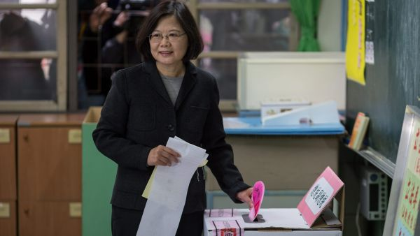epa05104149 Chairwoman of the pro-independence Democratic Progressive Party (DPP) and presidential candidate Tsai Ing-wen casts her vote in a school in New Taipei City, Taiwan, 16 January 2016. Several polls conducted last week suggest that Tsai is at