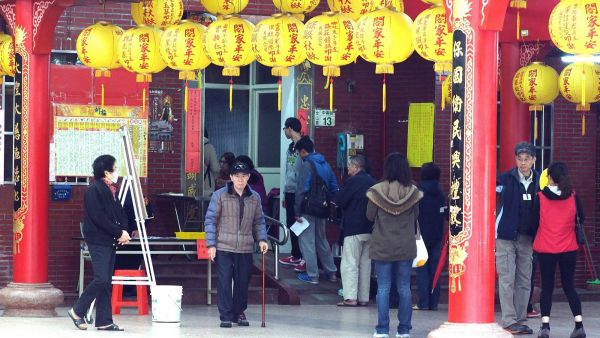 epa05104190 Taiwanese queue up at a Taoist temple to cast their votes in the presidential election in Taipei, Taiwan, 16 January 2016. Three candidates are running in the race as President Ma Ying-jeou, from the ruling Chinese Nationalist Party KMT, will