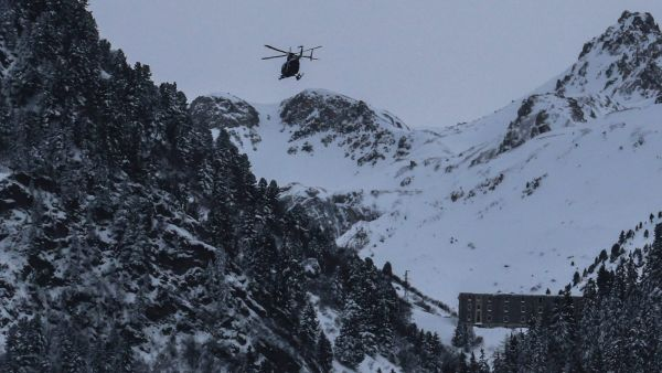 epa05109330 An helicopter flies to the site of an avalanche near Valfrejus, France, 18 January 2016. Five members of the French military were killed and four wounded when they were caught in an avalanche near Valfrejus. Eleven people were caught in the