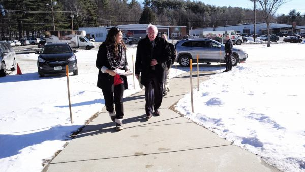 epa05116890 United States Senator and Democratic Presidential hopeful Bernie Sanders arrives for a campaign stop in Peterborough, New Hampshire, USA 21 January 2016. Sanders is campaigning in New Hampshire leading up to the New Hampshire primary.  EPA/CJ