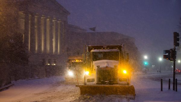epa05119438 Snow plows attempt to clear Constitution Avenue near the National Gallery of Art as the first snow from a major blizzard hits Washington, DC, USA, 22 January 2016. Winter Storm Jonas is expected to dump more than two feet (61 centimeters) of