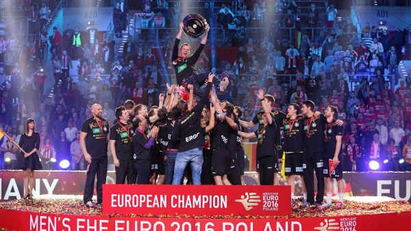 epa05137721 German players celebrate with head coach Dagur Sigurdsson (C) holding the trophy during the medal ceremony after the 2016 European Men's Handball Championship final game between Germany and Spain at the Tauron Arena in Krakow, Poland, 31