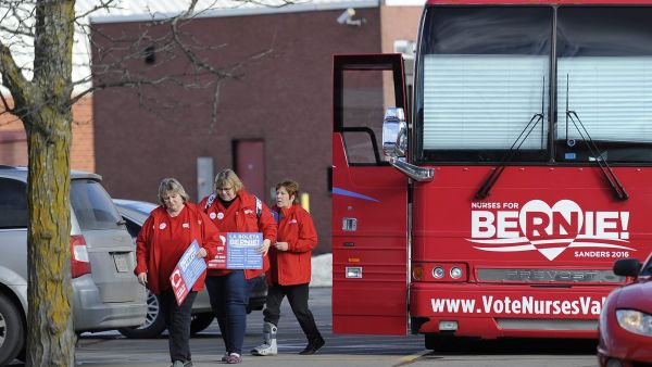 epa05137901 A group of nurses arrive at campaign headquarters of Democratic presidential candidate Bernie Sanders to volunteer in the final day before the caucus in Des Moines, Iowa, USA, 31 January 2016. The Iowa Caucus will be held 1 February 2016 and