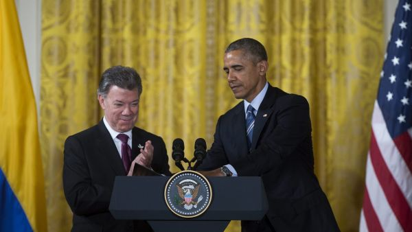 epa05143838 US President Barack Obama (R) turns the podium over to Colombian President Juan Manuel Santos (L) after delivering remarks at a reception for for Plan Colombia in the East Room of the White House in Washington, DC, USA, 04 February 2016. Plan