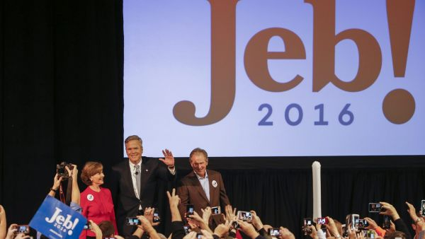 epa05163424 US Republican presidential candidate and former Florida Governor, Jeb Bush (C) participates in a campaign event with his brother, former US President George W. Bush (R) and former First Lady Laura Bush (L) in North Charleston, South Carolina,