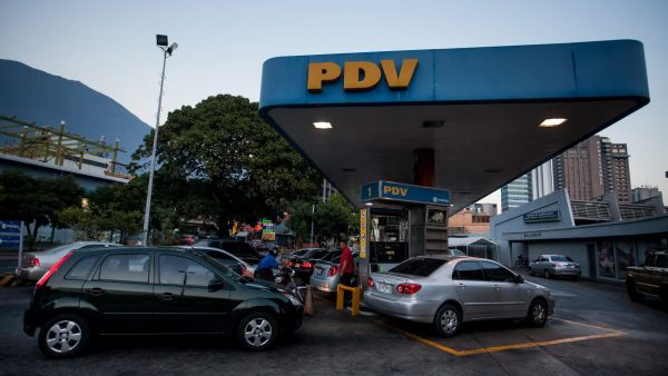 epa05167260 Vehicles queue to stock up on petrol at a Venezuela Oil gas station in Caracas, Venezuela, 17 February 2016. Venezuelan President Nicolas Maduro announced a 6,158 per cent increase in the 95 octane gas price and a 1,282 increase in the 91