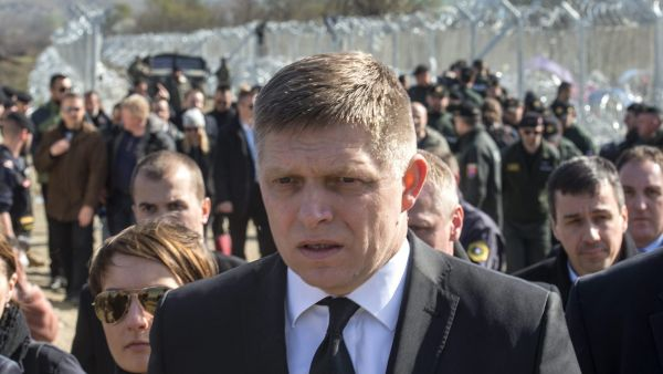 epa05190276 Slovak Prime Minister Robert Fico (C) leaves after a visit to the border line between Greece and Macedonia near Gevgelija, The Former Yugoslav Republic of Macedonia, 02 March 2016. The chaotic scenes at Greece's border with Macedonia,