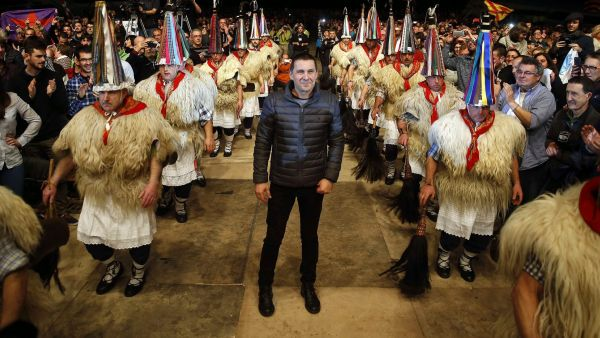 epa05196571 Leader of the Abertsale Basque separatist party Sortu, Arnaldo Otegi (C) during a political act held in San Sebastian, Basque Country, Spain, 05 March 2016 after being released from the prison of Logrono, in the province of La Rioja last 01