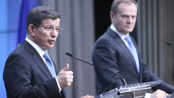 epa05200140 Turkish Prime Minister Ahmet Davutoglu (L) and European council President Donald Tusk speak during a news conference at the end of an extraordinary summit of European Union leaders with Turkey in Brussels, Belgium, 08 March 2016. Turkish