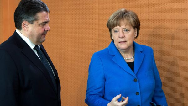 epa04646747 German Chancellor Angela Merkel (R) and German Minister of Economics and Energy and Vice Chancellor of Germany, Sigmar Gabriel, arrive for a meeting of the German Cabinet in Berlin, Germany, 04 March 2015. One of the topics of the meeting are
