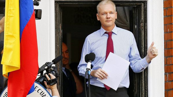 epa03772989 (FILE) A file photograph showing  Wikileaks founder Julian Assange giving a thumbs up prior to delivering a statement on the balcony inside the Ecuador Embassy where he has sought political asylum in London, Britain, 19 August 2012.  Media