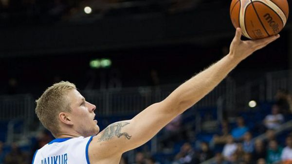 epa04922674 Iceland's Haukur Palsson in action during the FIBA EuroBasket 2015 match between Iceland and Spain in Berlin, Germany, 09 September 2015.  EPA/LUKAS SCHULZE