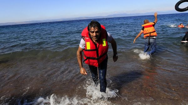 epa04927111 A man from Syria arrives at the coast of Mytilini, Lesvos island,  Greece, 12 September 2015. According to estimates, some 3000 refugees arrive everyday at the coasts of the island, coming from the Turkish coastline. Most of the refugees want
