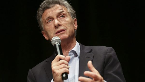 epa05019747 Argentine presidential candidate for Cambiemos party Mauricio Macri speaks during a meeting with foreign journalists in Buenos Aires, Argentina, 10 November 2015. Argentinians will go to the polls on 22 November 2015 for a presidential