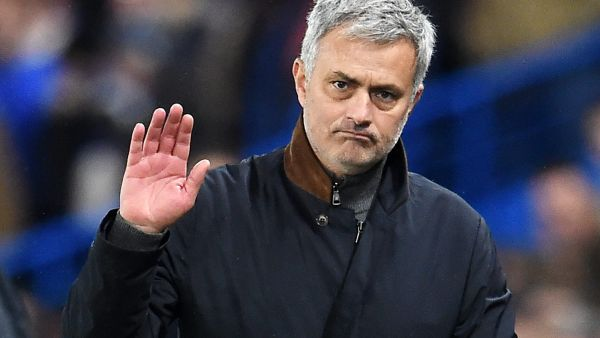 epa05062395 Chelsea manager Jose Mourinho acknowledges the fans during the UEFA Champions League group G soccer match between Chelsea and Porto, at Stamford Bridge in London, Britain, 09 December 2015.  EPA/ANDY RAIN