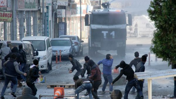 epa05078928 Turkish police deploy water canons to disperse protesters during a protest against the Turkish Government's ongoing security operations in the east of Turkey, in Diyarbakir, Turkey, 22 December 2015. Turkey has committed some ten thousand