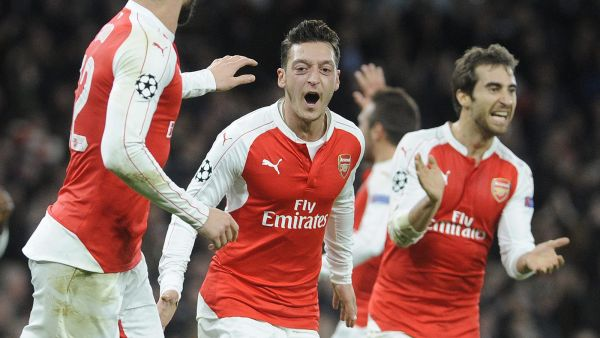 epa05040474 Arsenal's Mesut Oezil (C) celebrates scoring their first goal against Dinamo Zagreb during their UEFA Champions League match at the Emirates Stadium, London, Britain, 24 November 2015.  EPA/GERRY PENNY