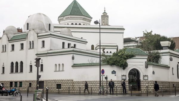 epa04558446 Police officer guard the entrance of Paris Great Mosque, France, 13 January 2015. The terrorist alert level is at its highest point since the attack and around 10000 policemen and militaries have been deployed in the French capital. Since the