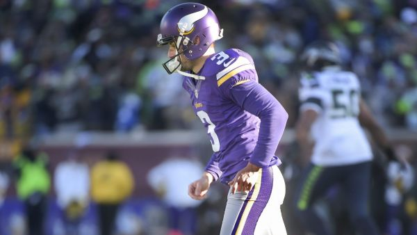 epa05096164 Minnesota Vikings kicker Blair Walsh walks off the field after missing a 27 yard field goal that would have won the game against the Seattle Seahawks in the final seconds of the second half of the NFC Wild Card Playoff game in Minneapolis,