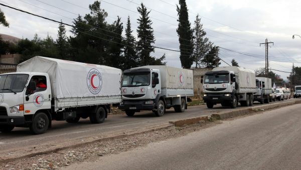 epa05097613 A convoy of cars loaded with foodstuff, baby milk and blankets moves towards the besieged town of Madaya, in the countryside of Damascus, Syria, 11 January 2016. Three trucks carrying long-awaited food and medical supplies entered the Syrian