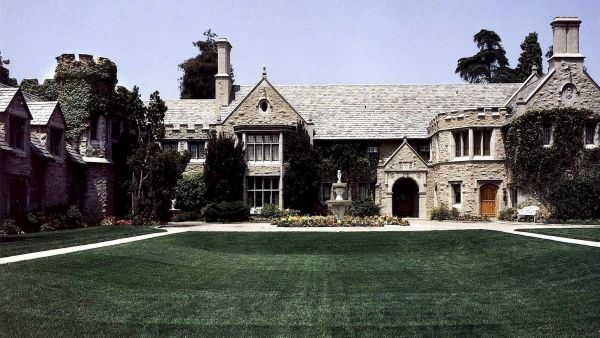 LAX03 - 20000811 - BEVERLY HILLS, CA, UNITED STATES : This photo shows a recent picture of the Playboy Mansion in Beverly Hills, California where Playboy magazine founder Hugh Hefner lives. California Congresswoman Rep. Loretta Sanchez has been removed