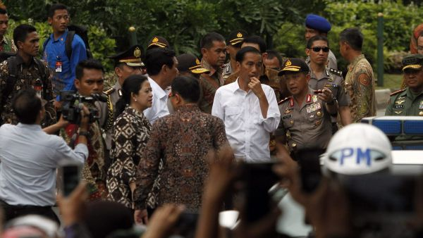 epa05101383 Indonesian President Joko Widodo (C-R) visits the scene of a bomb blast in Jakarta, Indonesia, 14 January 2016. Indonesian authorities believe Islamic State terrorists were responsible for a series of attacks in Jakarta that have left seven