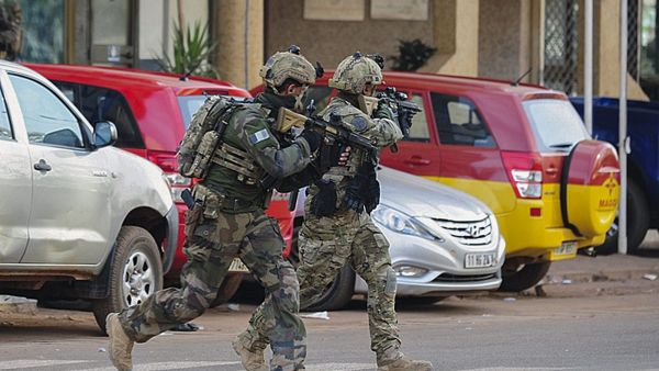 epa05104751 French forces take up positions outside the Splendid Hotel in Ouagadougou, Burkina Faso, 16 January 2016. According to media reports at least 23 people from 18 nationalities have been killed after Islamist militants attacked The Splendid Hotel