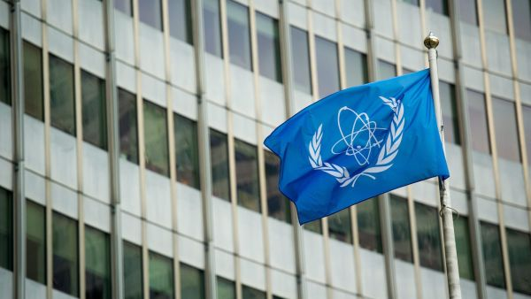 epa05105224 The flag of the International Atomic Energy Agency (IAEA) flies in front of the UN seat before the talks between the E3+3 (France, Germany, Britain, China, Russia, US) and Iran at Vienna International Centre in Vienna, Austria, 16 January 2016