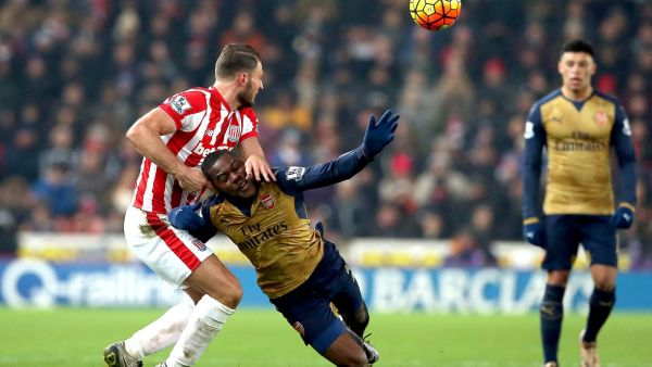 epa05107279 Arsenal's Joel Campbell (R) challenged by Stoke City's Erik Pieters during the English Premier League soccer match between Stoke City and Arsenal at the Britannia stadium in Stoke, Britain, 17 January 2016.  EPA/Nigel Roddis