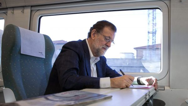 epa05105004 A handout picture provided by the People's Party (PP) shows acting Spanish Prime Minister, Mariano Rajoy, taking notes on board a train towards Zamora, where he attended a party event, in Madrid, Spain, 16 January 2016.  EPA/TAREK / PP /