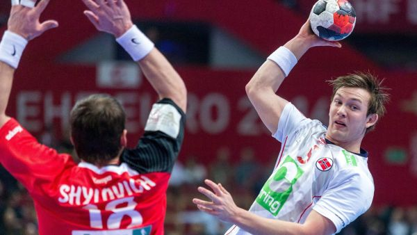 epa05111576 Norway's Sander Sagosen (R) in action against Siarhei Shylovich (L) of Belarus during the 2016 Men's European Championship handball group B match between Belarus and Norway at the Saucer hall sports and entertainment in Katowice,